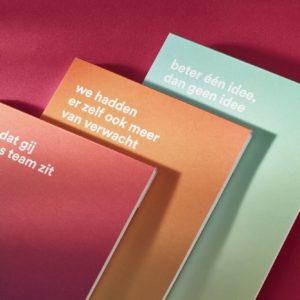 Voor Tomorrowland werden deze pochetten gemaakt met bijpassende brieven. De pochette werd bedrukt met goude koudfolie