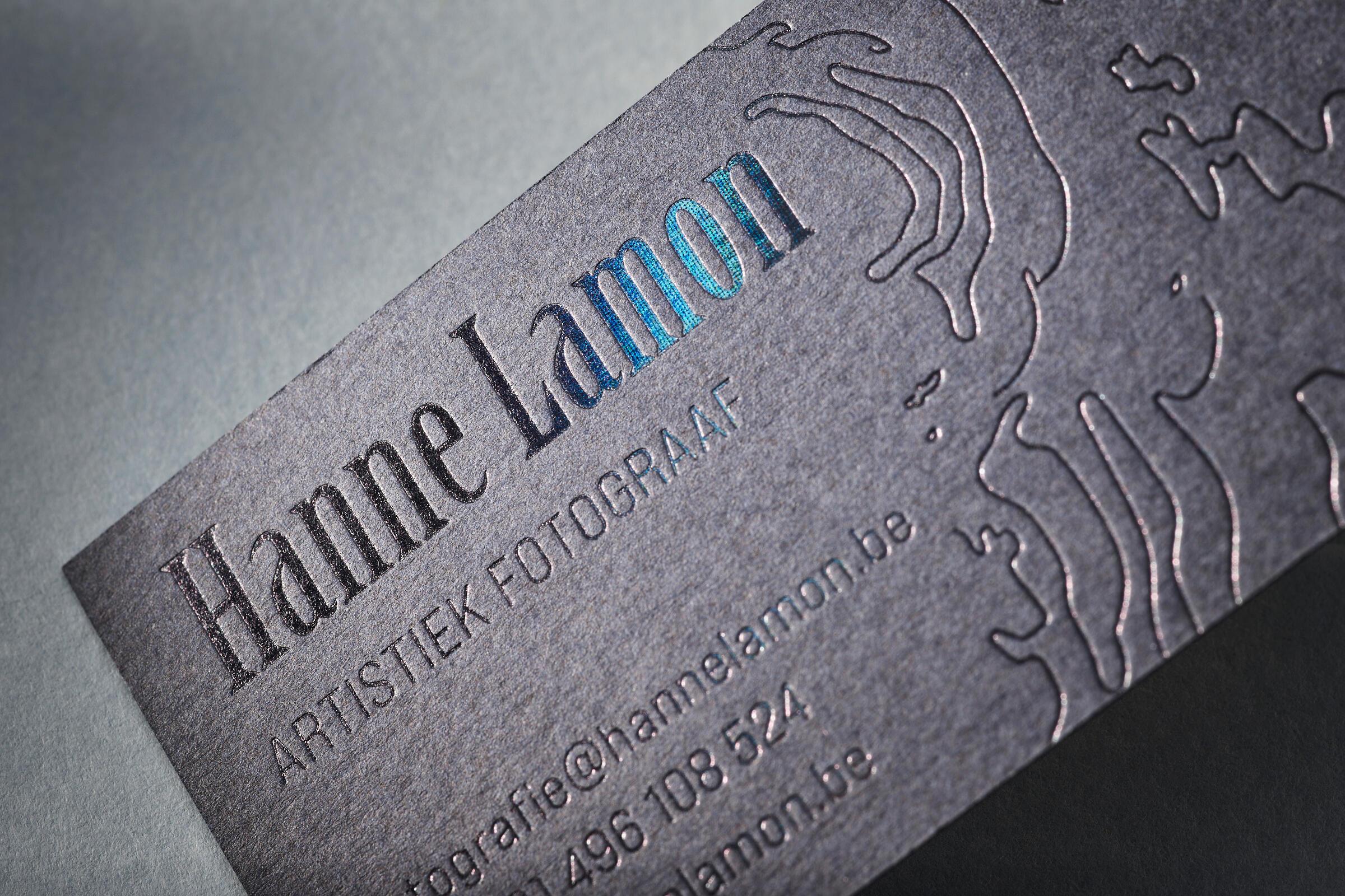 Zwarte holografische folie op een naamkaartje
