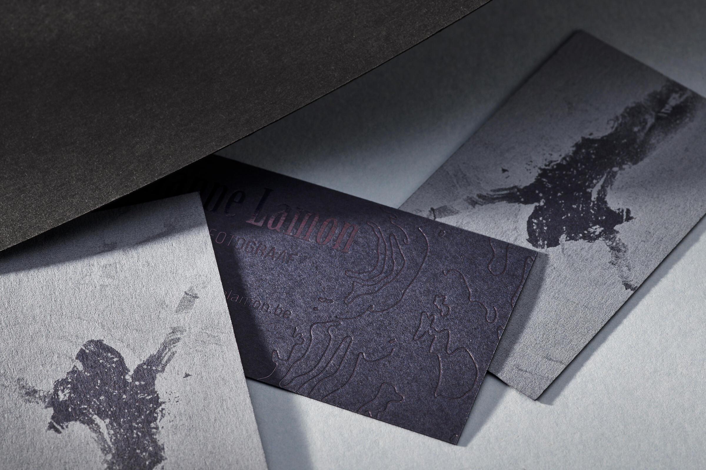 Naamkaartjes met witte inkt op donker papier